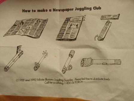 Wie man aus einer Zeitung eine Jonglierkeule ,acht