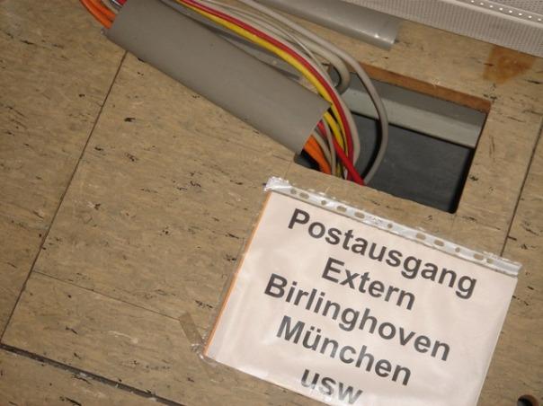 Postausgang: ein Kabel, das im Boden verschwindet