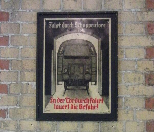 Altes Warnschild in Frakturschrift aus einem Lokschuppen