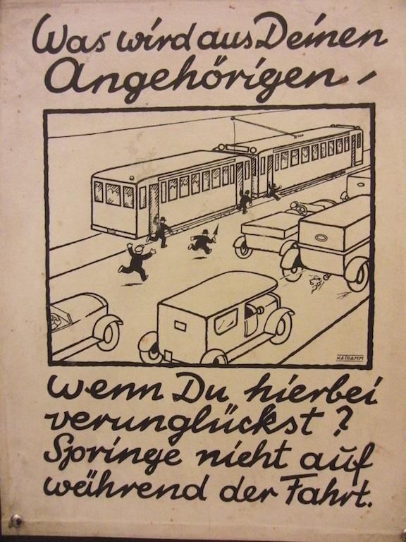 Plakat, das vor dem Aufspringen auf fahrende Straßenbahnen warnt