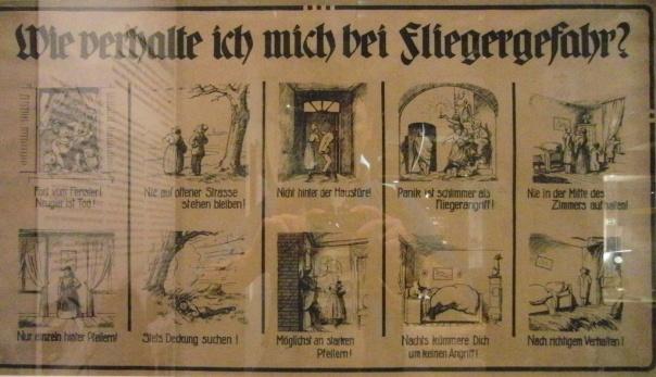 Tafel aus dem 2. Weltkrieg mit Hinweisen zum Verhalten bei Luftangriffen