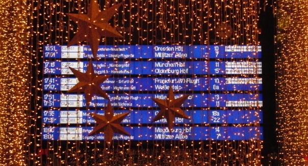 Abfahrtstafe Leipzig Hbf, verhängt mit Weihnachtsdekoration